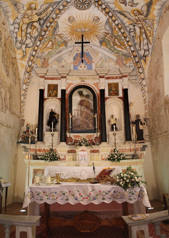 Sa Itria - Altare con statua lignea della Madonna d'Itria